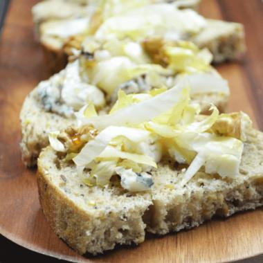 Tartines d'endives et fromage bleu